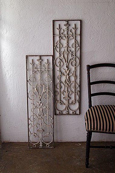 白のペアアイアンフェンス-antique pair iron fence 壁に嵌め込み、お客人に光振る舞うコンパクトな2枚の鉄枠装飾。蔓製植物を混ぜた抽象的なデザイン、灯り取りのウィンドウとして壁にハイライトな印象をもたらす。1枚8,2kgです。一対での価格になります。