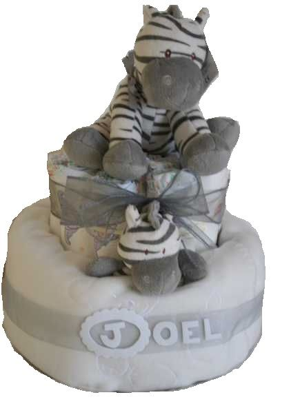 Preciosa tarta de pañales coronada con cebra de peluche. A la venta en nuestra tienda por 40.95€ www.lacestitadelbebe.es  Contiene: - 40 pañales Huggies Talla 3 - Manta de Chocolat Baby - Sonajero cebra - Peluche 20 cm cebra - Decoración con lazos de Organza a juego y nombre del bebé (si así lo desea).