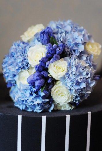 Brautstrauß in Blau aus Hortensien und Rosen