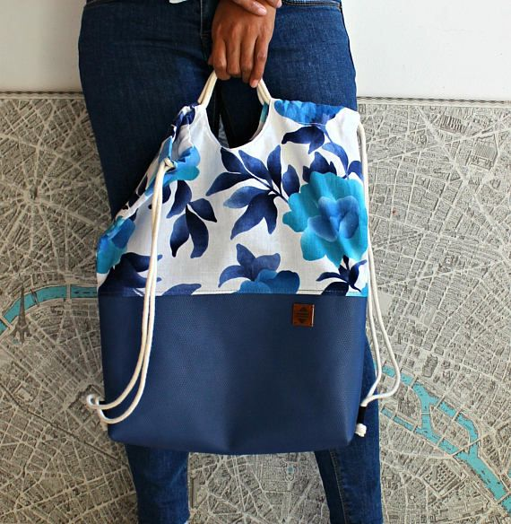 Comfortable and practical drawstring backpack! Easy to open and close, it can be carried as a backpack or on one shoulder only. Perfect for any occasion: urban, outdoors, school, you name it! To make it, I used : - Blue leatherette - Flower cotton fabric (sky blue, dark blue,