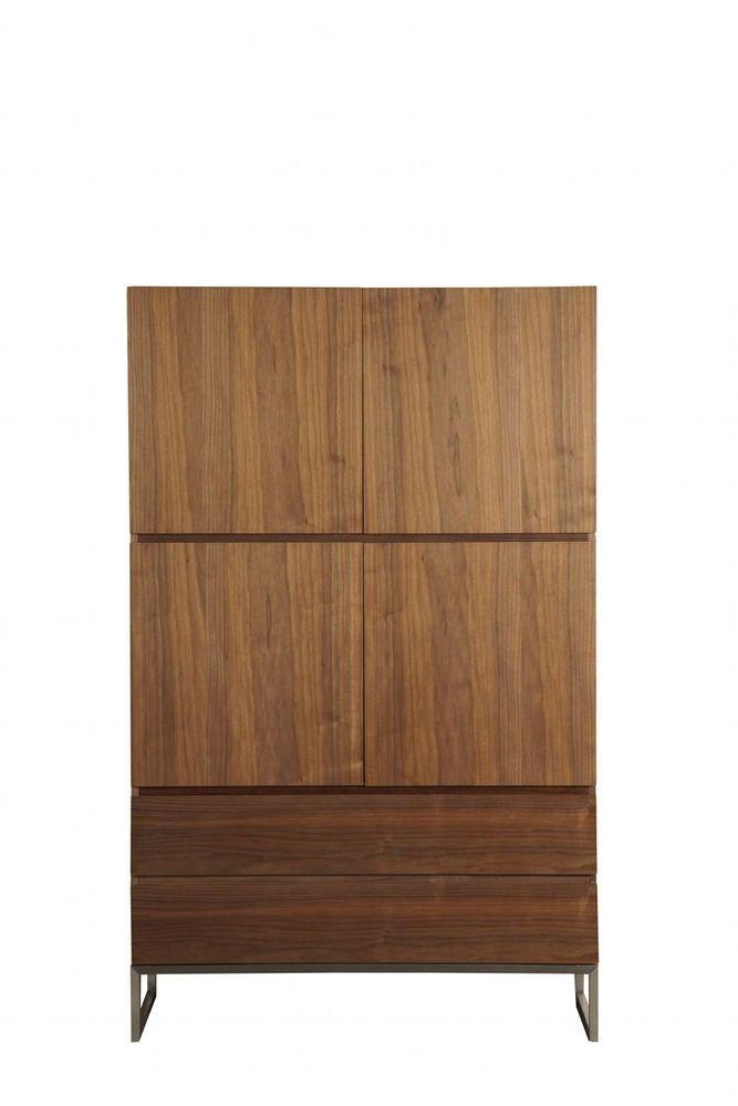 Een design wandkast is onmisbaar in iedere compleet ingerichte woonkamer. Niet alleen om een huiselijke sfeer te creëren maar ook voor veel praktische opbergruimte is de Wandkast Keulen het ideale meubelstuk. De strakke lijnen en de warme afwerking maken deze design wandkast tot het stralende middelpunt in je woonkamer. De Wandkast Keulen is volledige uitgevoerd in hout en stijlvol walnoot hout afgewerkt.