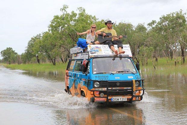 Eski bir karavan ve çeşitli malzemeler için 600 dolar (bin 800 TL) harcayan çift, 6 yılda 150 bin kilometre yol yaptı ve dünya turları kapsamında günde sadece 8 dolar (24 TL) harcadı.