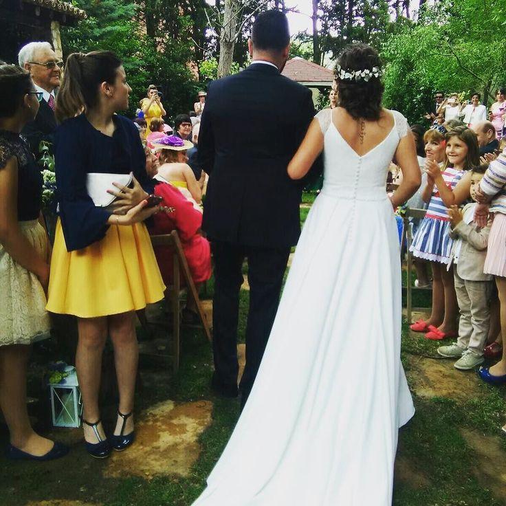 L E C U M B E R R I atelier.  Una boda de cuento digna de una princesa. Vestido en crep de seda  y chantillí calais. #lecumberriatelier #lecumberrinovias #weddingphotography #weddingday #weddingdress #bridal #love #fashion #wedding #weddingparty #bride #groom #bridesmaids #bodas #instalove