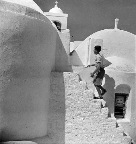 Άνδρας σε σκαλιά εκκλησίας. Μύκονος, 1950-1955 Βούλα Θεοχάρη Παπαϊωάννου