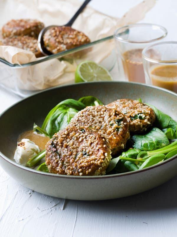 1. Limoen-tahinisaus: rooster 250 g sesamzaadjes in een pan. Doe ze in de blender, voeg 1 dl olijf- of arachideolie toe en kruid met peper en zout. Pureer tot een soepele massa, niet te dik en niet te vloeibaar. Roer de tahinipasta, het limoensap en een beetje zout door elkaar.