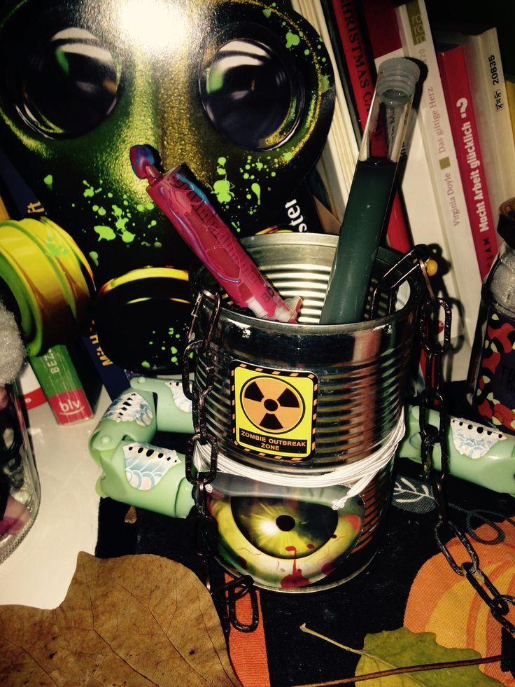 Meine Halloween Deko 2017. Alte Konservendose, Partyauge drauf, eine Spritze mit Blut (Tusche) und ein Reagenzglas (Glas einer Vanilleschote) mit Gift (Tusche), eine alte Kette (Baumarkt).Die Maske ist aus Pappe (Partydeko). #halloween #deko #easy #einfach #jar #glas   www.hamburgersafari.de   (C) Anika Bischoff