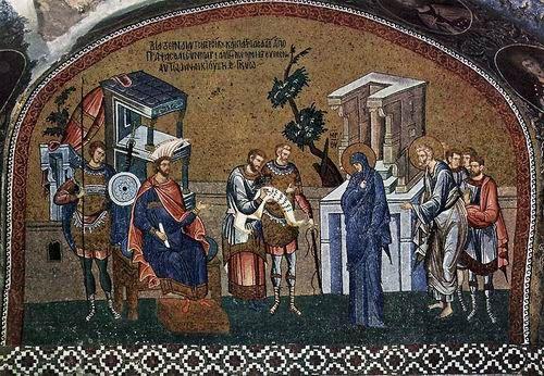 Aslında mozaik, ikon ve fresko sanatının kaynağı efsanelerdi. Bu önemli öğe, aynı zamanda şiirini ve hayata bakış açısını da simgeliyor. Bir de mozaik, kare ve dikdörtgenin çevresinde dönmüştü hep. Öyleyse işe kare'den başlanmalıydı. Kitap bu nedenle karenin çağlar boyu serüveni ile başlıyor. Kitabının özel İstanbul bölümleri için, dünyanın önemli sekiz Bizans uzmanı ve konservatörü makaleleri ile katkıda bulundu. Santimlik çakıl taşlarından dev panolara yayılan ve binlerce yıllık bir…