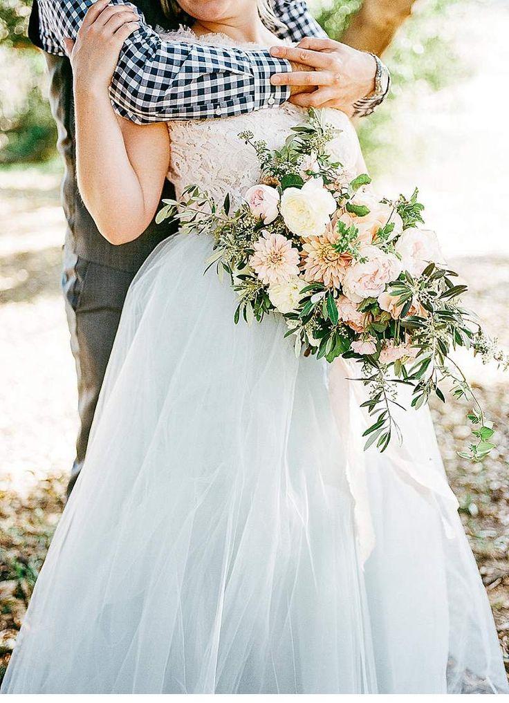 Ein Brunch Elopement – was für eine romantische Idee. Tiefe Blicke, innige Küsse und zarte Berührungen; unter den Bäumen, auf dem Feld und an ihrem Table for two.