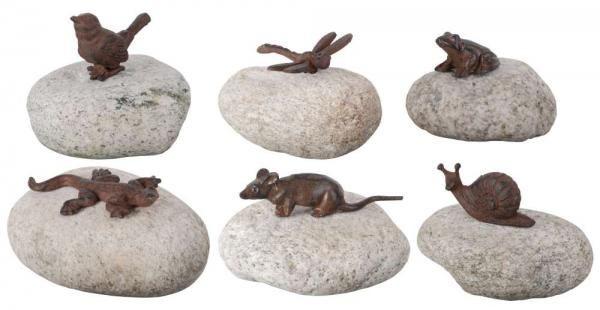 Antik barna öntöttvas állatdíszek kövekre erősítve. Választani lehet: szitakötő, csiga, gyík, madár, béka és egér mintából.