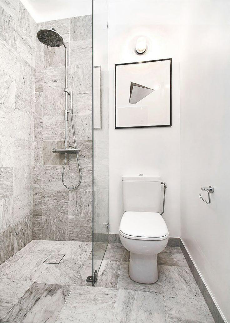 lyden-cyril_litet-badrum_marmor_dusch_snygg-brunn_takdusch