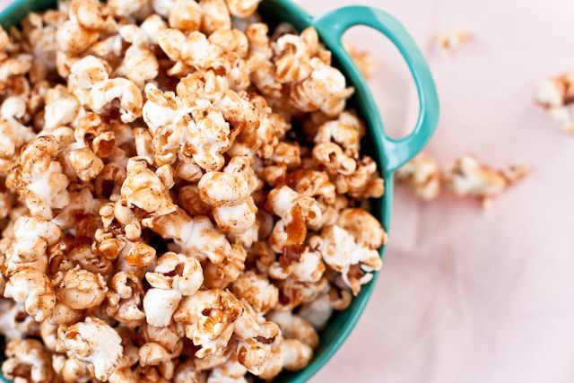 Gingerbread Caramel Corn #recipes #popcorn #caramel