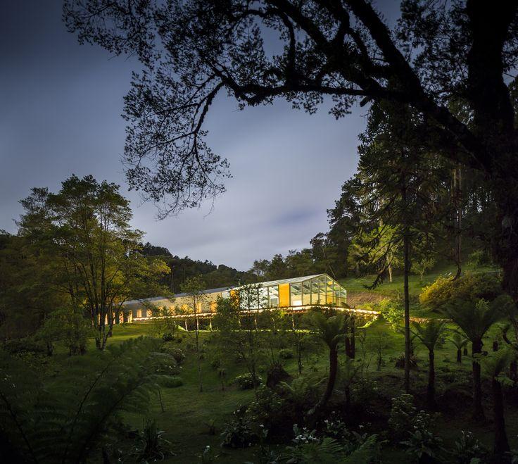 Construído pelo Studiomk27 na Campos do Jordão, Brazil na data 2015. Imagens do Fernando Guerra | FG+SG. A Casa Mororó fica em uma região montanhosa, a 180 km da cidade de São Paulo, conhecida por suas baixas temperaturas....