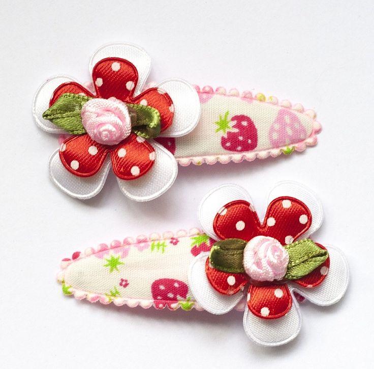 Haarspeldjes met fleurig aardbei hoesje met rood-wit bloem en roosje • Hip en Haar #haarspeldjes #babyhaarspeldjes #hippe #babyspeldjes