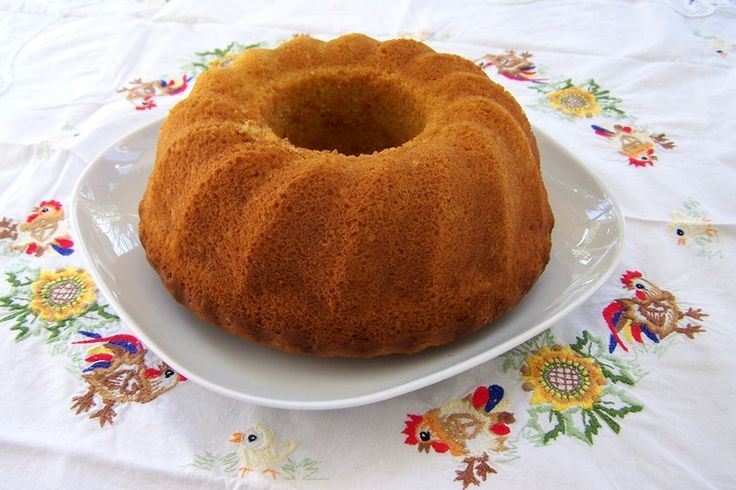 Het recept voor deze heerlijke cake komt van de blog Vegetus, waar je een scala aan heerlijke plantaardige recepten vindt. Door de sinaasappel kleurt ie licht oranje en kun je deze prima op Koningsdag op tafel toveren!
