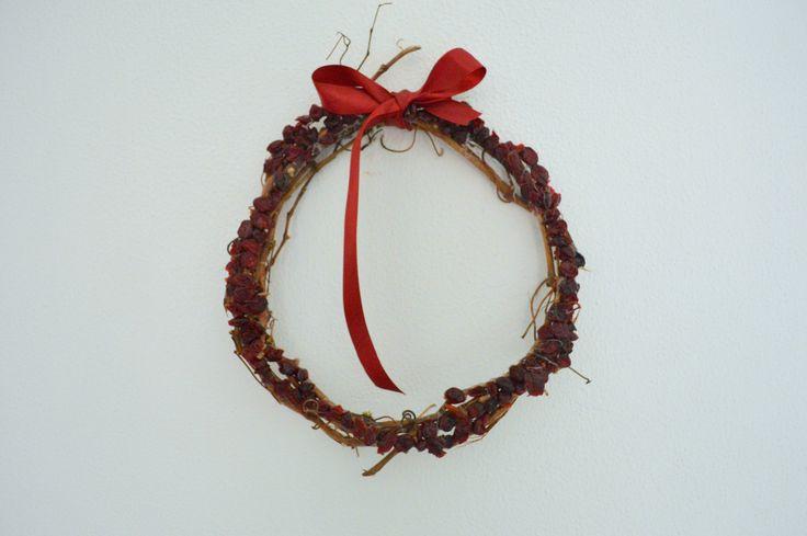 Ghirlanda natalizia realizzata con tralci di vite ricoperta di bacche secche.  http://www.subito.it/arredamento-casalinghi/coroncina-crotone-143744367.htm?last=1&spoint=ar
