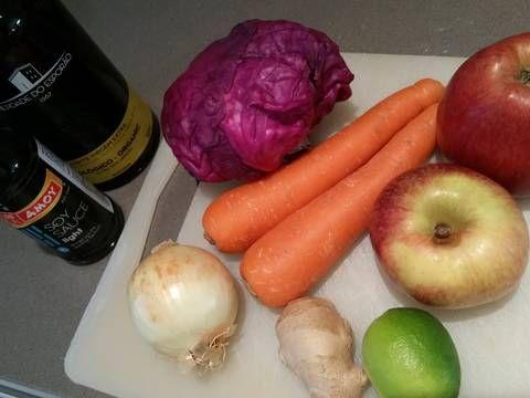 Fabulosa receta para Ensalada de col lombarda. Una receta inspirada en la típica ensalada americana de col, pero con un aliño distinto al habitual mayonesa. La hice ayer y resultó deliciosa así que la comparto.