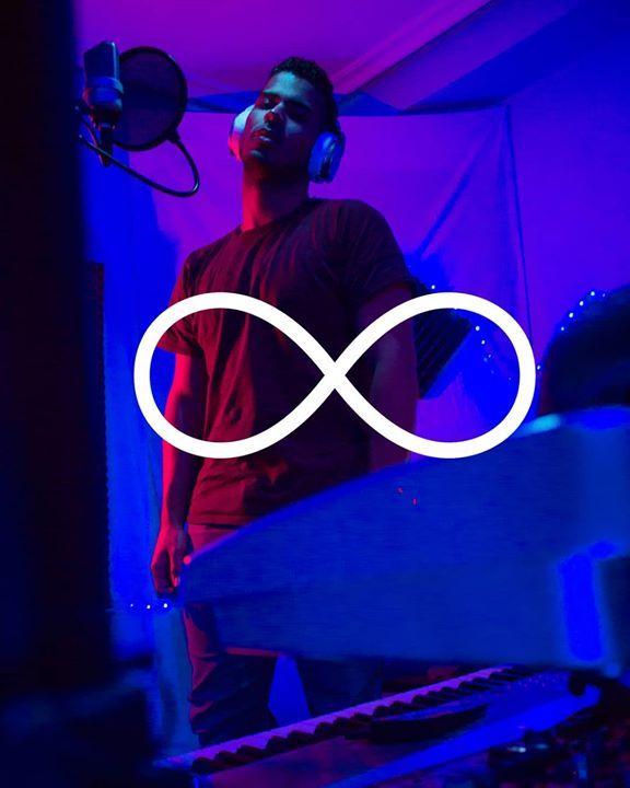 Sé que la portada de mi libro está rayada pero no significa que no asuma mi papel.  ____________________________ #Siempre  Estrenamos el  14 de febrero    A veces las caidas fortalecen el amor pregúntale al numero ocho que se covirtió en infinito un dia que se cayó   #Studio #music #blue #ligths #red #asturias #neumann #beats #keyboard #songs #infinito # - facebook.com/rlwonderland