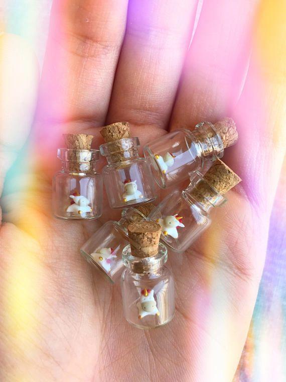 El Unicornio pequeño pequeñito ha sido hogar, sin cualquier molde. Se sienta en la parte inferior de una botella del frasco de vidrio pequeño. (Tamaño (con corcho): 23 m m (h) x 13mm (w)) ¡Este artículo está hecho a la orden! Por favor espere entre 3-5 días laborales para tu