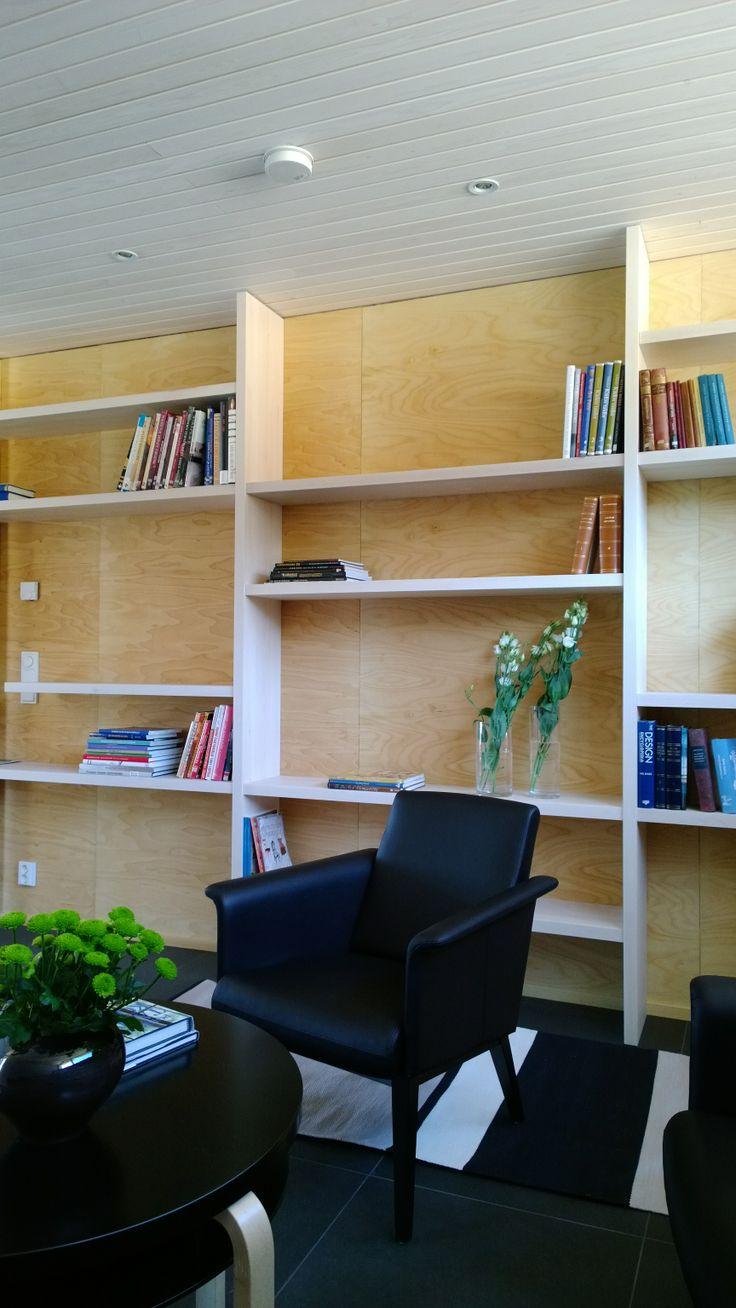 Olohuoneen kirjahylly, kohteessa Raikas / Kalajoen Loma-asuntomessut 2014