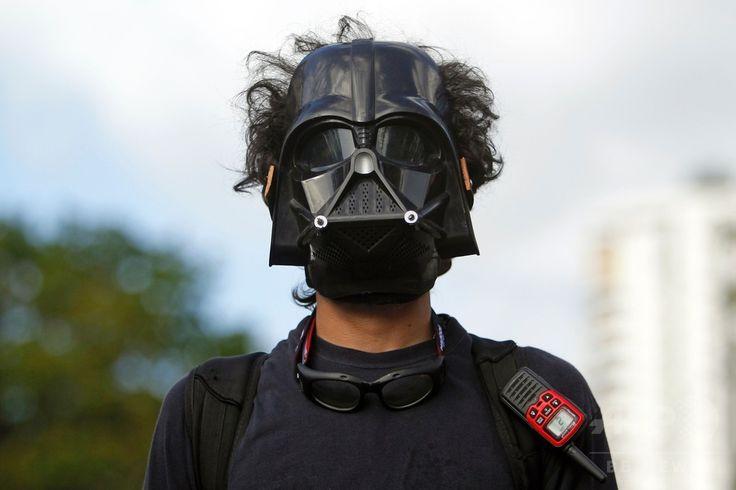 米自治領プエルトリコの首都サンフアン San Juan で、米国の51番目の州への昇格案の是非を問う住民投票に抗議して、映画「スター・ウォーズ」シリーズの悪役ダース・ベイダーのマスクをかぶってデモ行進する人(2017年6月11日撮影)。(c)AFP/Ricardo ARDUENGO ▼12Jun2017AFP|米領プエルトリコ住民投票、「51番目の州」昇格を97%が支持 http://www.afpbb.com/articles/-/3131665