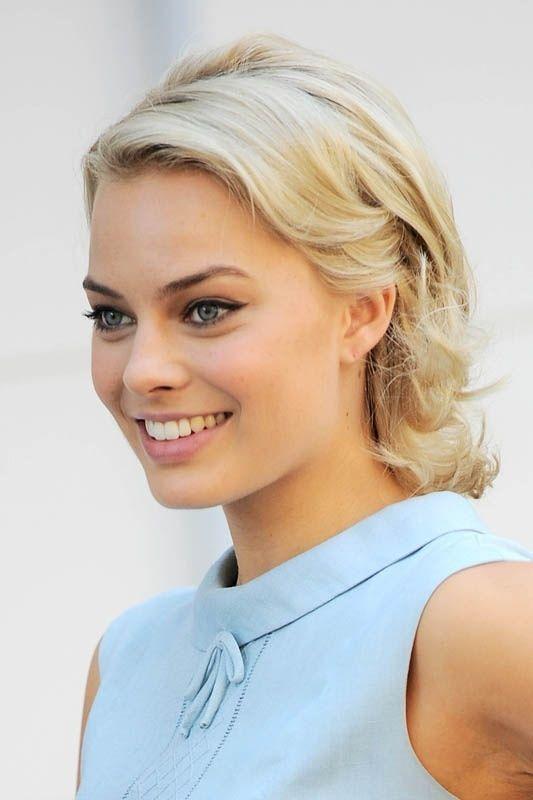 Margot Robbie éblouissante de naturelle avec un teint neutre et un joli œil de biche !