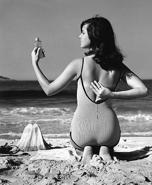 """4 — A garota de Ipanema (1960)    Fotografia feita em março de em 1960 pelo fotógrafo francês Milan Alram, na praia de Ipanema, no Rio de Janeiro. Dois anos depois, a garota da foto, Eneida Menezes Paes Pinto Pinheiro (Helô Pinheiro), seria imortalizada por Vinícius de Moraes e Tom Jobim na canção """"Garota de Ipanema"""", uma das músicas mais executadas no mundo. Fotografia: Milan Alram."""