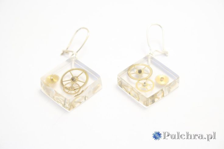 Kwadratowe kolczyki z żywicy z trybikami zegarowymi steampunk (srebrne bigle) Image 0