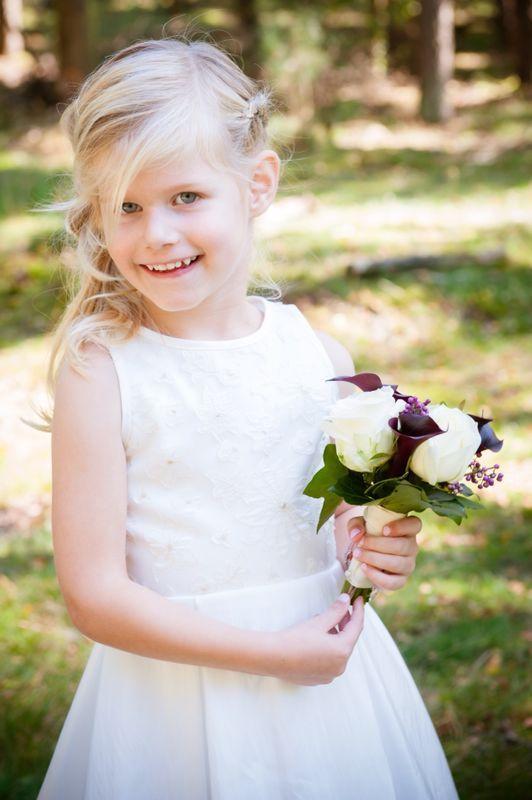Dit schattige bruidsmeisje draagt een ballonjurkje van de 2015 collectie van Lilly. Gekocht en op maat gemaakt bij Corrie's bruidskindermode. Trouwen, bruiloft, huwelijk, bruidskinderen, bruidsmeisjesjurk. bruidskindermode.nl
