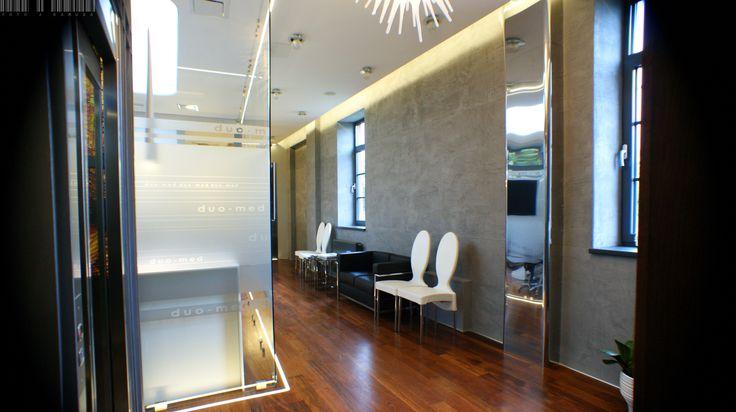 Modern, minimalist office with glass walls and glass doors, illuminated with LEDs.   Nowoczesne, minimalistyczne biuro ze szklanymi ścianami oraz szklanymi drzwami, podświetlanymi z pomocą diod LED. / Glass fittings: CDA Poland   Okucia do szkła CDA Polska