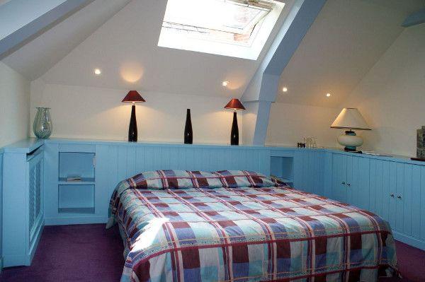 Гардеробная система вокруг кровати: экономим место в спальне