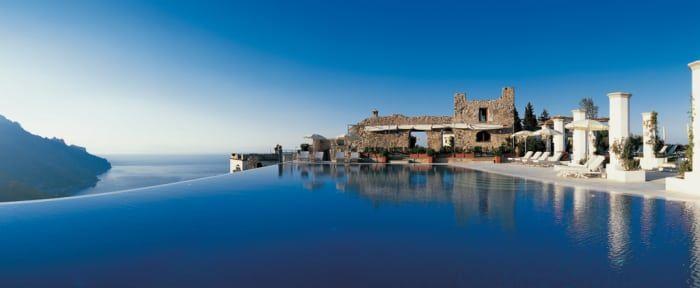 Ubicado en el punto más alto de Ravello, esta piscina de forma elíptica rodea una hermosa vista del mar y las montañas.