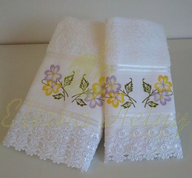 Toalhas de rosto e lavabo bordadas e com delicadas rendas.  Face towels and toilet and embroidered with delicate lace.