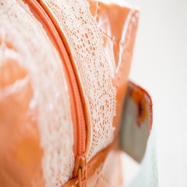 Bolso neceser personalizado. Realizada en piqué acolchado y plastificado. Forrada completamente con tela de algodón a juego.