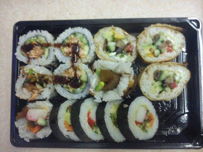 Pieczony łosoś, surimi i wegetarianskie maki w tamago z zestawu Akira.