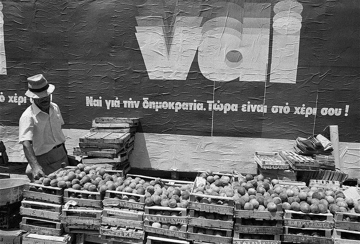 Daniel Simon, 19 Ιουλίου 1973, Αθήνα, πωλητής φρούτων δίπλα σε αφίσα του ΝΑΙ στο δημοψήφισμα.