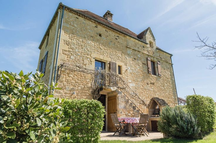 PERIGORD - Un nid romantique dans le Périgord.  Seules les colombes du Périgord ont été les témoins du travail de restauration incroyable réalisé dans cette demeure et ce colombier datant de 1545. Située dans le plus beau village classé de France, Domme, dans le Périgord, cette propriété de 320 m2 a un cachet extraordinaire.
