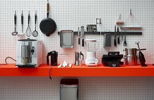 Een plaat gaatjesbord in de keuken kan zeer praktisch zijn.