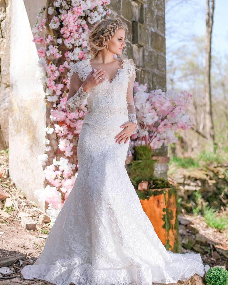 При выборе платья отталкивайтесь от общей концепции свадьбы�� Например, если у вас свадьба на открытом воздухе, выбирайте лёгкие и летящие платья, для торжества в ресторане/шатре подойдут более классические пышные платья�� weddinggown http://gelinshop.com/ipost/1522261882474463554/?code=BUgKR3oAgFC