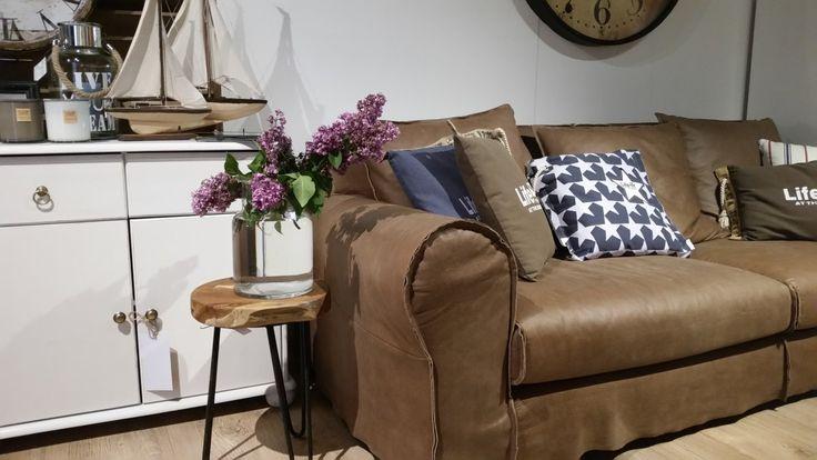 Skórzana sofa w kolorze karmelu. Mała, zgrabna 3-osobowa sofa, która wpasuje się w małe wnętrze, tworząc przytulną atmosferę. Ozdobiona kolorowymi tekstyliami dodatkowo zachęci do spędzenia na niej leniwego popołudnia.