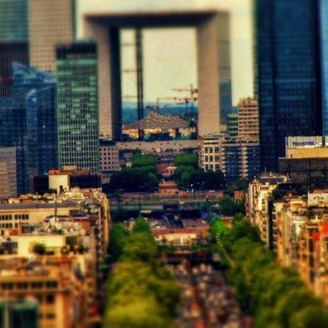 """Macarale in zori de zi Suie agale  Pe albastrele carari | La Défense  #tiltshiftparis #parisphoto #postprocessing #series #selectivefocus #effect #parisjetaime #cestmonparis #ig_paris #tiltshiftparisseries #tiltshift"