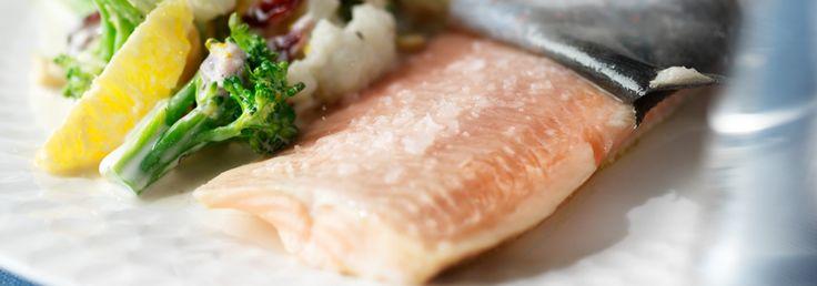 Hemkop.se | Ugnsbakad rödingfilé med sallad på broccoli, blomkål i krämig apelsindressing