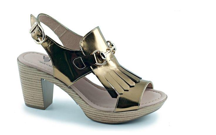 Modelo Karina.  59,95 €. Sandalia con plataforma y tacón de madera. De charol dorado envejecido, fleco con adorno metálico