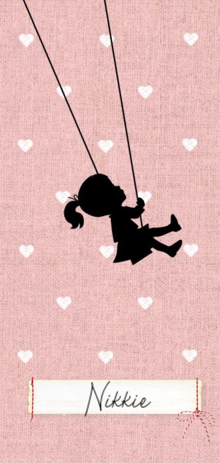 Lief geboortekaartje van JilleJille.nl met silhouet van schommelend meisje op textiel achtergrond, hartjes en gestikt label. Proefdruk €1,- Verzenden gratis