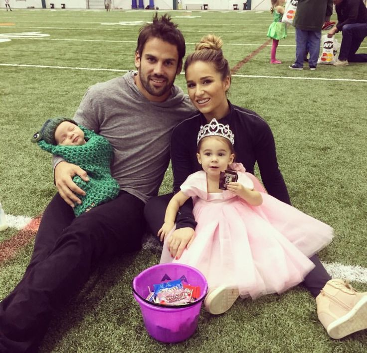 Jessie James Decker & Eric Decker with their princess and the frog !!!!! SO CUTE