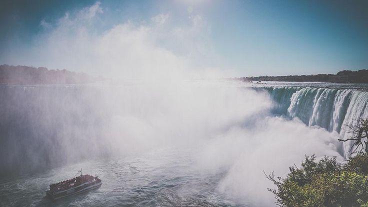 Regardez un peu la vue! Filmées sur le côté canadien, les #chutes #Niagara sont assurément une merveille du monde! #Canada
