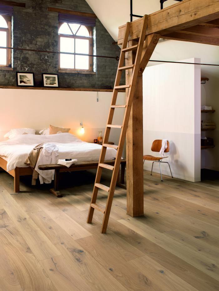 Boudé pendant des années au profit de matériaux synthétiques, de MDF et de laques, la bois s'impose à nouveau du sol au plafond. Accessoires, gros meubles, parquet, on n'a rien trouvé de plus chaud et de plus beau. Mais les imperfections sont assumées et exposées, par exemple pour les parquets , à peine traités, où les noeuds et les fissures restent présents. Photo: parquet « Palazzo »,  Quickstep.