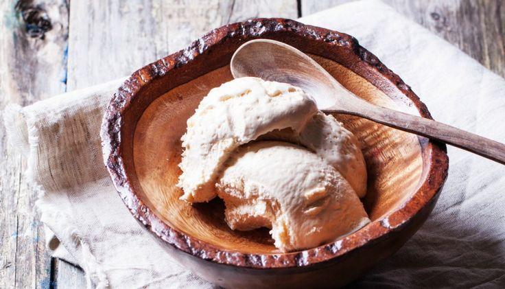 1 κουτάκι γάλα εβαπορέ συμπυκνωμένο, 2 κ.σ. μπέρμπον, 2 κ.γ. εκχύλισμα βανίλιας (αν θέλετε να φτιάξετε παγωτό με γεύση σοκολάτας θα χρησιμοποιήσετε 2 κ.γ. κακάο σε σκόνη αντί για βανίλια) και 2 φλ. κρέμα γάλακτος την οποία έχετε στο ψυγείο (πρέπει να είναι αρκετά κρύα).