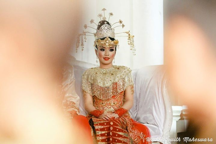 Pengantin perempuan dengan pakaian adat Betawi pada pernikahan adat Betawi.