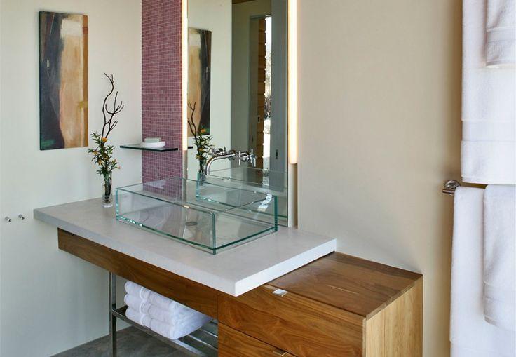O vidro é um material frio e que traz certa leveza ao ambiente. Ele também passa a sensação de não ocupar muito espaço, podendo ser amplame...
