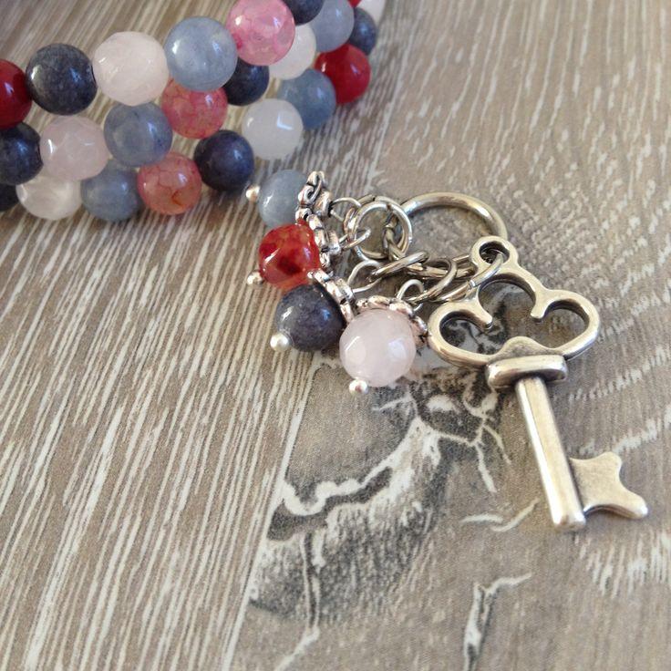 Divider armband van rozenkwarts, roze agaat en donker grijs en faced jeans blue jade met twee metalen sierstukken, en een ketting bedel met een metalen sleutel. Van JuudsBoetiek, beide te koop op www.juudsboetiek.nl